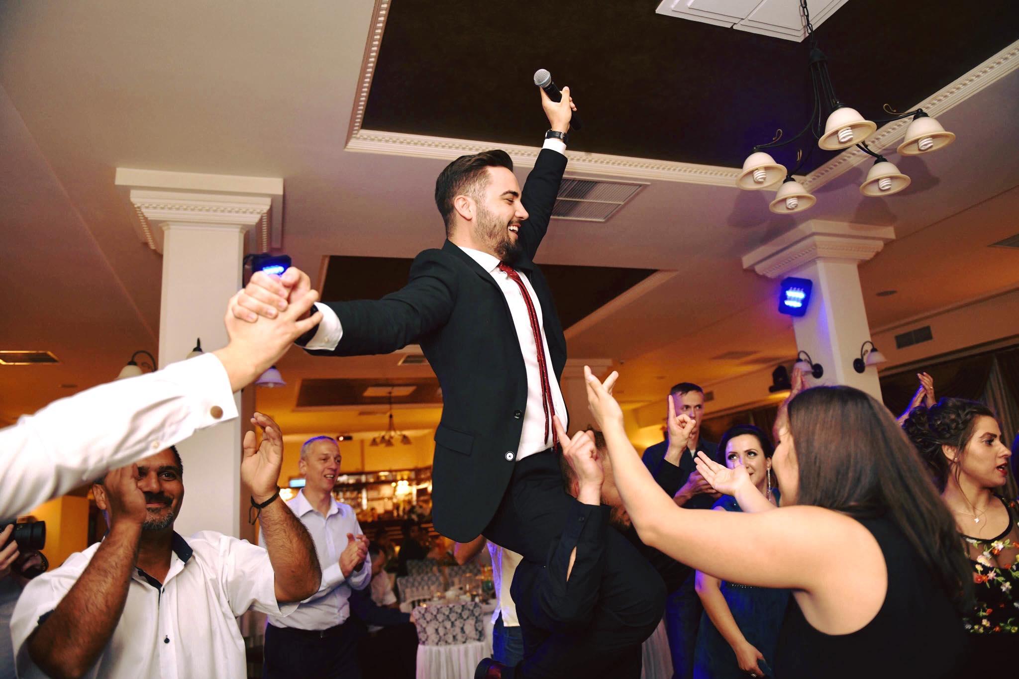 5 motive pentru a alege un DJ și un MC pentru evenimentul tau